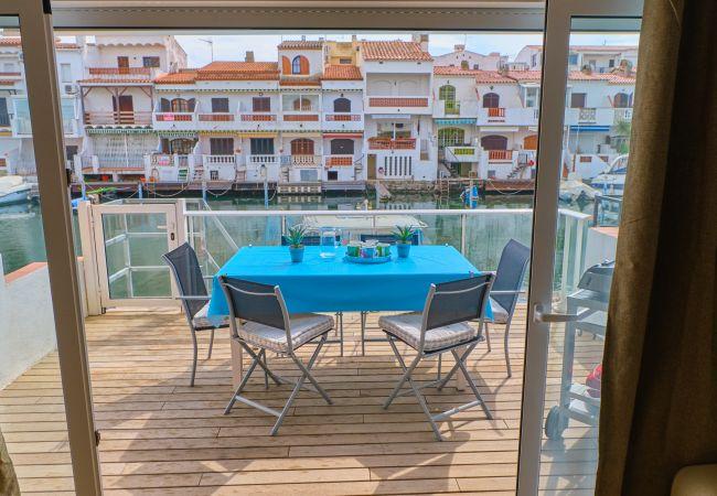 Apartamento en Empuriabrava - 150- Precioso apartamento con vistas a los canales en Empuriabrava. Todo el confort y wifi gratuito