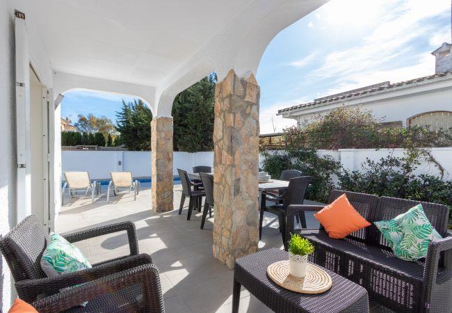 Maison à Empuriabrava - 131- Empuriabrava-Belle villa rénovée avec piscine  dans le centre, et près de la plage