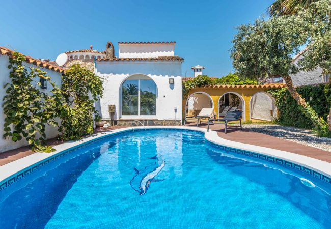 in Empuriabrava - 148-Beautiful villa with pool and garden  with mooring