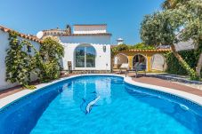 House in Empuriabrava - Beautiful villa with pool and garden ...