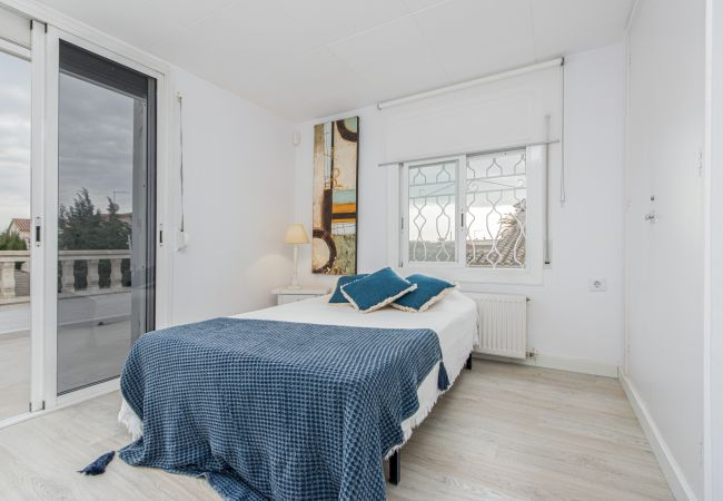 House in Empuriabrava - 131-Empuriabrava-Beautiful villa renovated with  swimming pool in the center, and near the beach