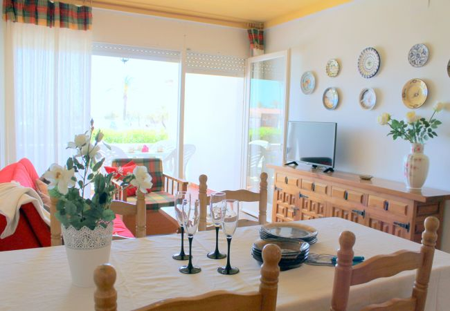 Apartment in Empuriabrava - 128-COSTA BRAVA, Apartment on firs line sea. Parking.
