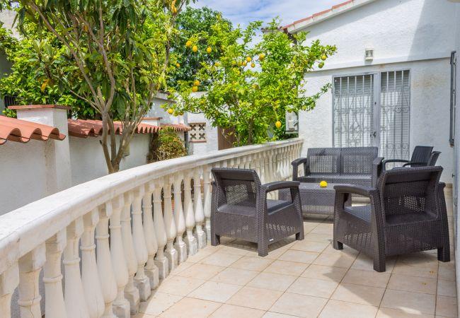 House in Empuriabrava - 142-Empuriabrava, house very confortable  with garden, wifi free