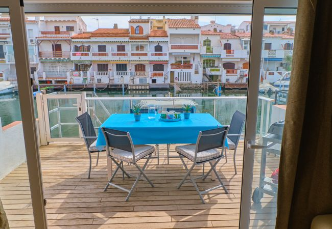 Apartment in Empuriabrava - 150- Beautiful apartment overlooking the canals in Empuriabrava. All comfort and free wifi